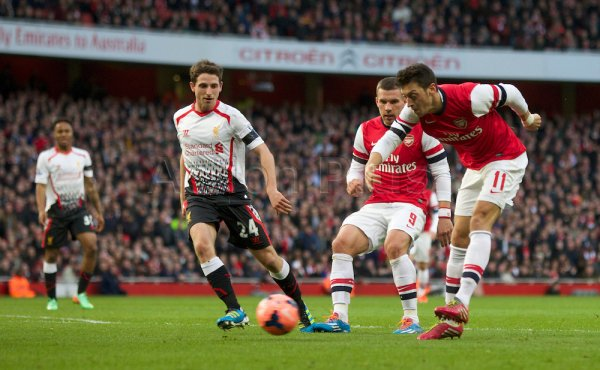 Photos de Mesut pendant le match contre Liverpool (16.02.14)