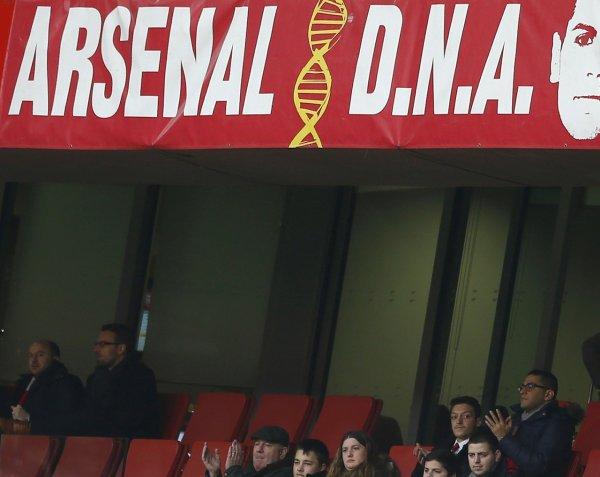 Photos de Mesut dans les gradins pour le match Arsenal - Sunderland (22.02.14)
