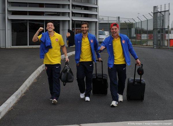 Mesut Özil, Mathieu Flamini et Lukas Podolski à l'aéroport de Luton (10.03.14)