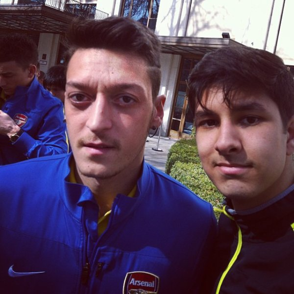 Mesut Özil avec des fans