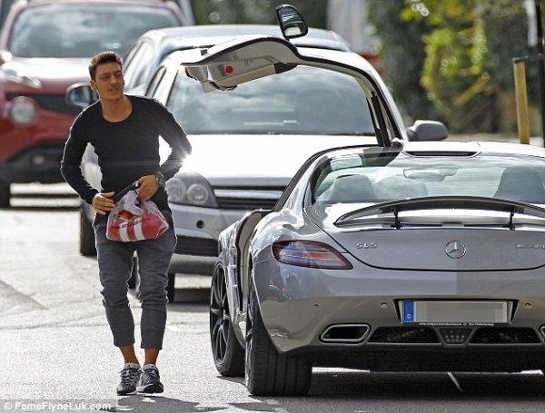Mesut Özil dans les rues de Londres (09.04.14)