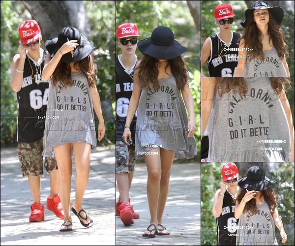 + August 12th  ;   Sel, avec un style très Hudgens, et Justin se promenant dans Los Angeles. + Photos avec des fans datant de ce même jour. +
