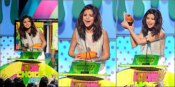 + April 2nd  ;  Selena sur le tapis orange des Kid's Choice Awards 2011.+
