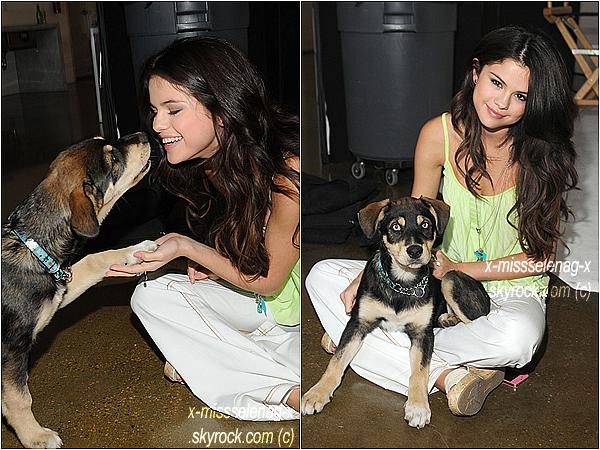 + November 15th  ;  Selena et Baylor posant, pendant une pause d'un shoot de DOL.+