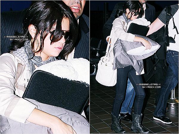"""+ June 28th  ;  Selena arrivant à l'aéroport de LaGuardia, puis à """"Regis and Kelly"""" et performant Who Says. Ensuite elle est allée à la radio SiriusXM, et en fin de journée elle a fait un livechat.+"""