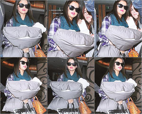 """+ July 8th  ;  Selena a été aperçu arrivant à l'aéroport de Heathrow, puis après à l'émition """"Daybreak"""" et aussi quittant les studios de IVT après l'émission. Enfin, elle a quitté son hôtel.+"""