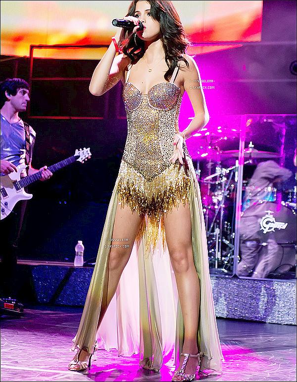 + August 20th  ;  Selena signant des autographes à K-Mart pour DOL, ensuite arrivant avec JayB au centre commercial Liberty Place et enfin donnant un concert pour sa tournée à Philadelfie.+