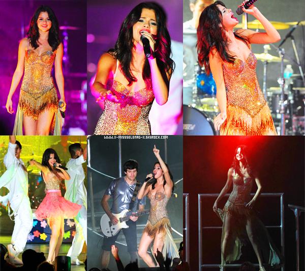 + July 28th  ;  Selena relaxant à Palm Beach, à Miami. Le soir, Selena a donné un concert à Boca Raton en Floride. On l'a aperçu ensuite quittant le concert.+