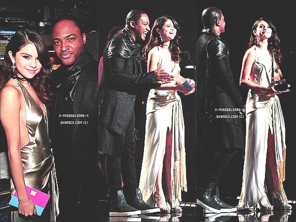 + November 20th  ;  Selena était aux American Music Awards, très bien accompagnée.+