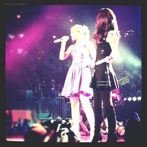+ November 22nd  ;  Selena a performé aux côtés de Taylor Swift pendant la tournée de celle-ci.+