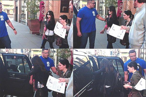 """+ December 2nd  ;  Selena sortant de son hôtel et ensuite au """"Phooson 2011"""" à Phoenix.+"""