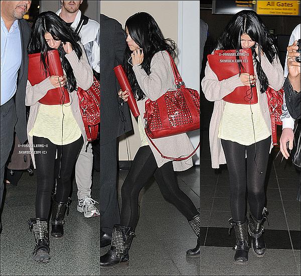 + April 10th  ;   Selena embarquant à l'aéroport de LAX et débarquant à l'aéroport JFK.  +