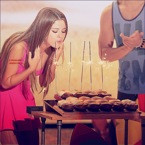 + July 22nd  ;   Mademoiselle Gomez aux 'Teen Choice Awards 2012' le jour de son anniversaire.  +
