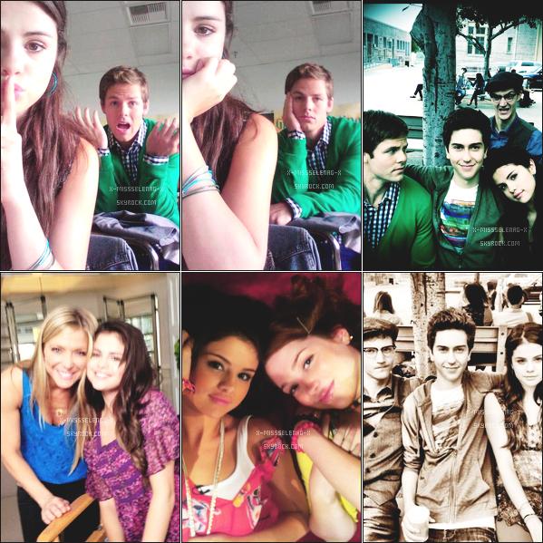 + August 20th  ;   Selena, Ashley et Samantha ont été vu sortir d'un salon de manucure Un peu plus tard, les trois amies ont été photographié quitter un restaurant. + Découvrez des nouvelles photos personnelles de Selena . +