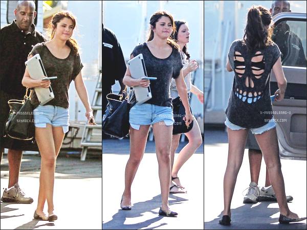 + August 22nd  ;   Selena quittait le tournage de Behaving Badly.  +