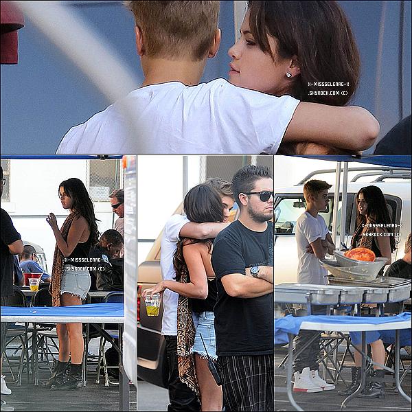 + August 29th  ;   Justin a rendu visite à Selena sur le set de BB pendant le déjeuner. + Nouveaux stills de HT sont également apparus. +