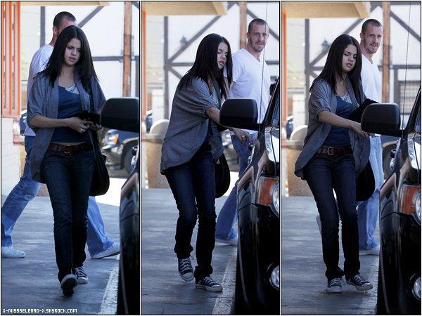+ August 5th  ;   Selena sortant d'un restaurant de sushi avec son beau-père dans Studio City. +