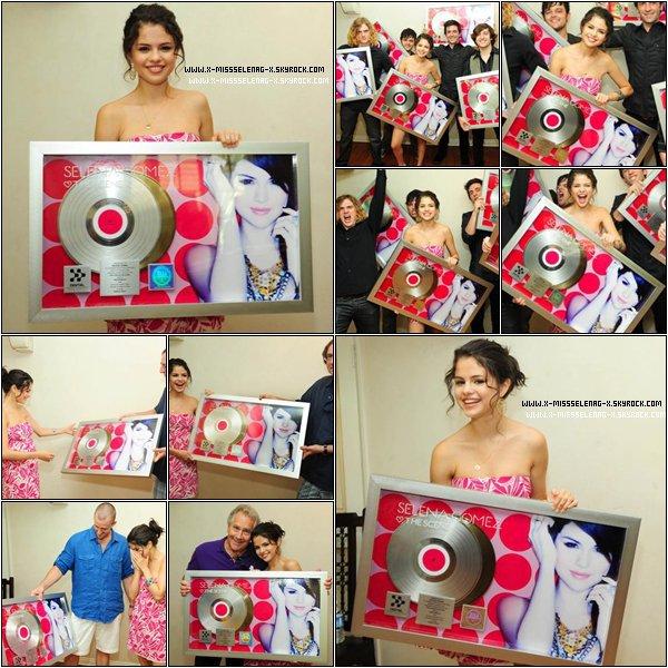+ July 24th  ;   Selena fêtant son anniversaire avec sa famille chez elle à LA. Puis, célébrant le fait que son album « Kiss&Tell » soit disque d'or avec sa famille, son groupe. +