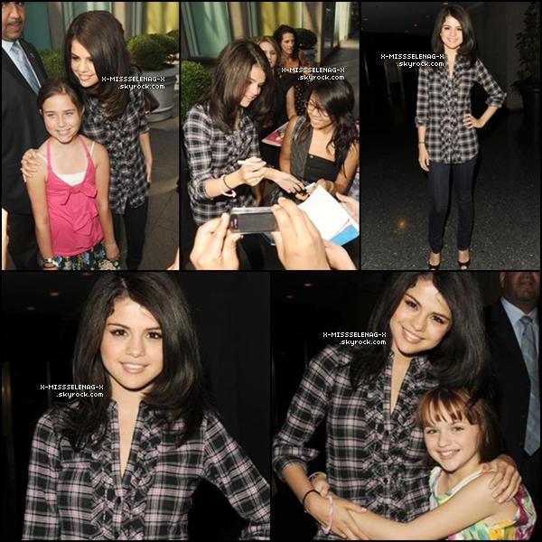 + July 22nd  ;   Selena à l'aéroport de LAX, avec Joey King, et sa mère. Ensuite, elle s'est rendue à l'émission « Fox & Friends » avec un gateau pour son anniversaire! Après, elle est allée au « Today Show ». Enfin, elle est allée au «Good Morning New York». HAPPY BIRTHDAY SEL!♥ +
