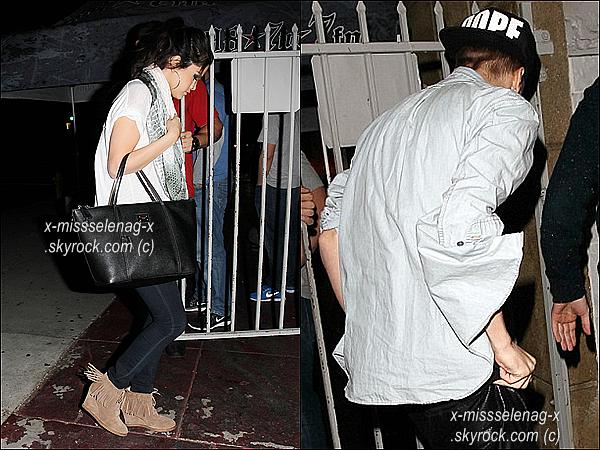 + November 15th  ;   Selena a été aperçue se rendant à l'hôtel «Four Season» là où Justin y s'héberge. Le soir, elle été au restaurant «The Laugh Factory» et Justin y a été vu aussi. +