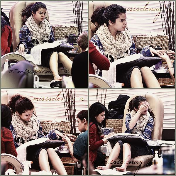 + January 2nd  ;   Selena faisant sa manucure à Encino, California. + Nouvelles photos personnelles de S. postées par différentes personnes via Instagram. +