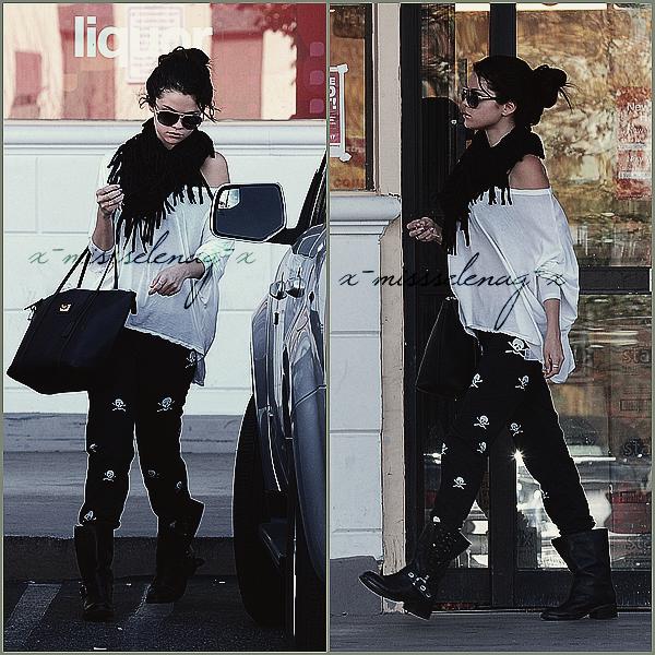+ January 13th  ;   Selena quittant la pharmacie 'CVS' en Californie. Plus tard, elle est Vanessa se rendaient aux Golden Globes. Le soir, Selena était à l'after-party d'Instyle pour les 'Golden Globes 2013' avec Ashley, Vanessa, Josh et Sarah Hyland. Elle a aussi été vue quittant la fête. +