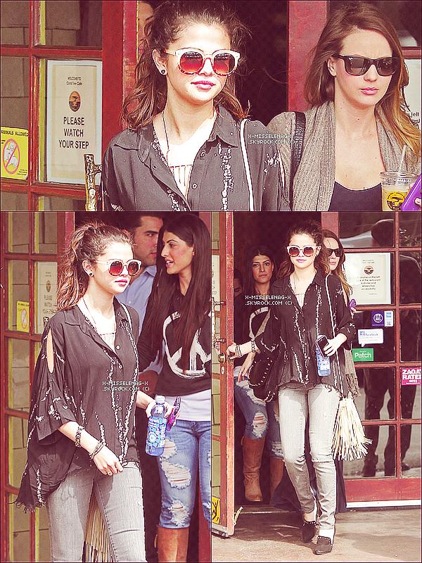 + March 3rd  ;   Selena et ses amies (dont Sam) sortant d'un café à LA. + Découvre un nouveau photoshoot de Selena et Vanessa pour «New York Times». +