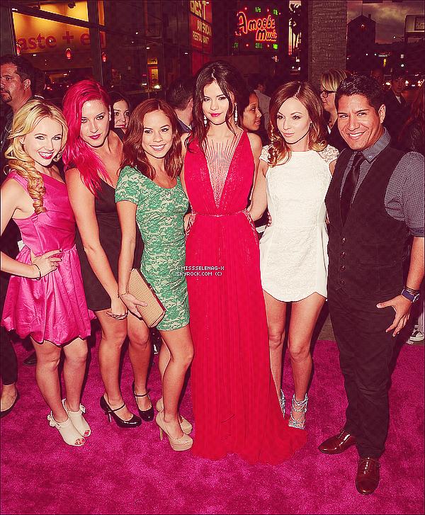 + March 14th  ;   Selena et ses amies allant à un salon de beauté pour se rendre le soir à l'avant-première américaine de «Spring Breakers», à Los Angeles, avec tout le cast et ses ami(e)s. +