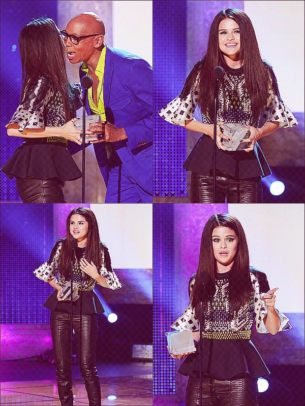 + April 12th  ;   Selena aux «LOGO NewNowNext Awards» où elle a reçu un prix. +