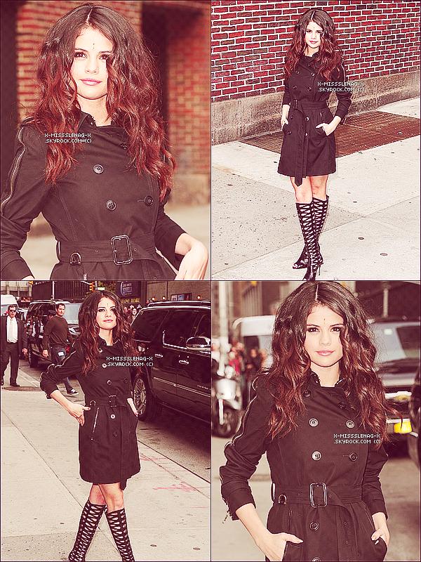 + April 24th  ;   Selena au 'Elvis Duran Show'. Elle est allée déjeuner à 'Hooters' avec sa famille après. Puis, elle s'est rendue à la Rádio 92.3 et à SiriusXM. Le soir, elle s'est rendue au 'The Late Show with David Latterman Show'. Tout ça à New York. Quelle journée chargée pour S. +