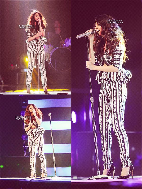 + April 25th  ;   Selena arrivant aux studios de «Good Morning America» puis elle est allée à la radio «WBLI». Ensuite, à «MTV FIRST» et juste après aux «MTV UPFRONTS» où elle a chanté LYLALS. Tout ceci à New York City. Enfin, elle a été vue débarquant à l'aéroport LAX. +