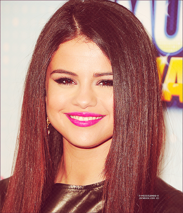 + April 27th  ;   Selena aux «Radio Disney Music Awards». +