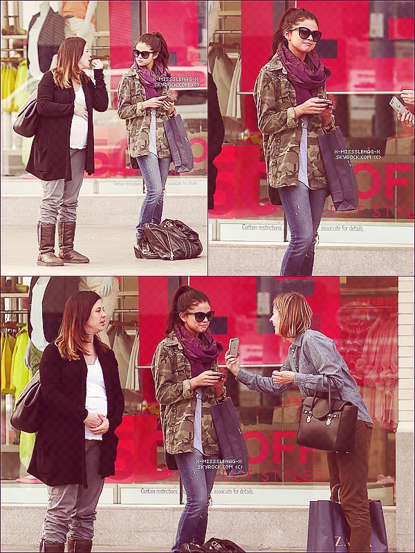 + April 30th  ;   S. à une séance photos, sortant de Zara avec Mandy et embarquant à LAX. +