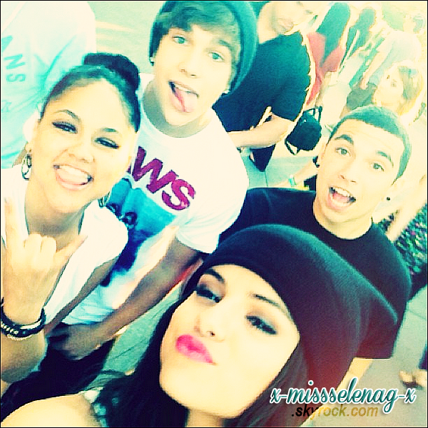+ June 26th  ;   Selena, ses amies, Austin, les Emblem3 et pleins d'autres à Disneyland. +