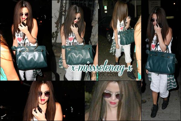 + July 19th  ; Selena a été vue quittant le salon de coiffure . + De nombreuses photos personnelles de Selena. +