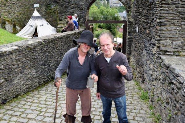 Un citoyen pris en photo avec un mendiant.(fête médiéval de la Roche).