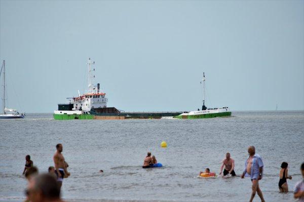 Bateau très proche du bord (plage Blankenberge).