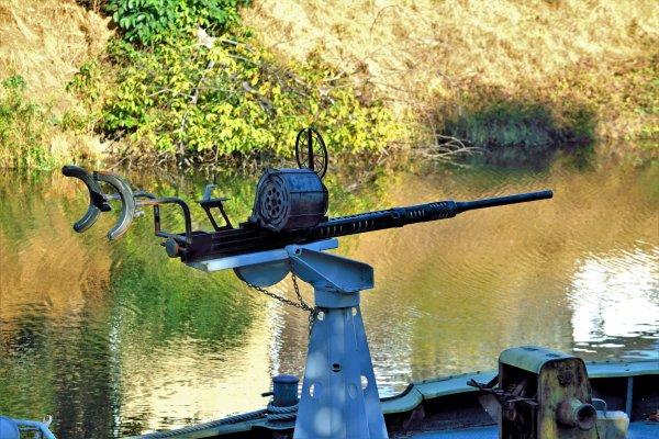 Arme sur un bateau militaire.