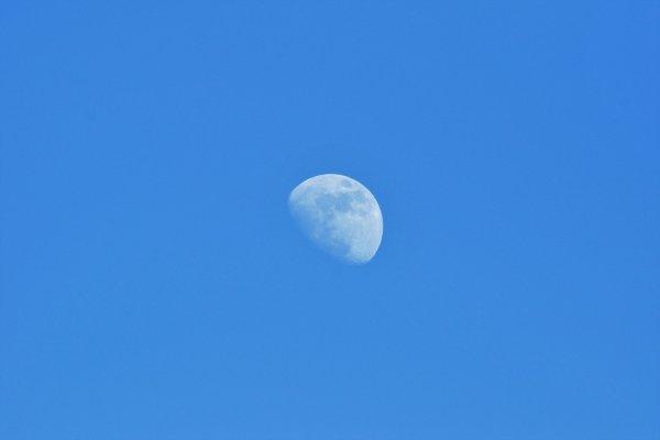 La lune en plein jour.