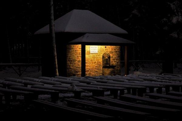 Batiment de Banneux de nuit.