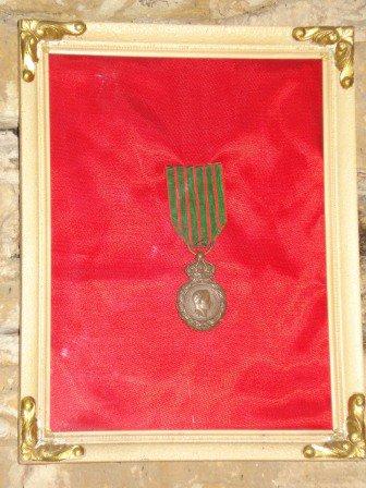 Médaille de St Hélène ( Commémorative des Campagnes Napoléoniennes ). Créée en 1857, 14162 Soldats Belges survivants l'ont obtenue..........