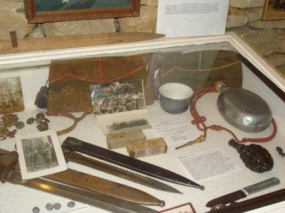 Bonnets, gourde, bol a raser et fourragère ont appartenus au même soldat Belge...