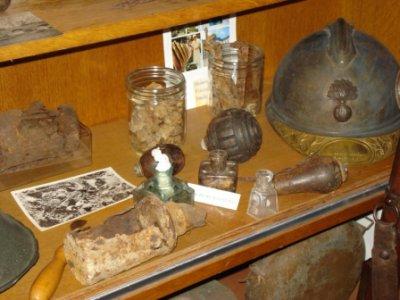 Restes de grenades Allemandes (Verdun), casque, mitrailles, grenades Françaises et Allemandes, encriers Allemands....
