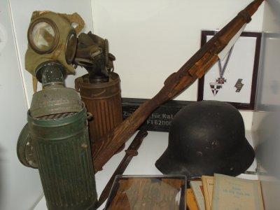 Masques antigaz Allemand, casque, cartouches retrouvés entre-autre à Bastogne...