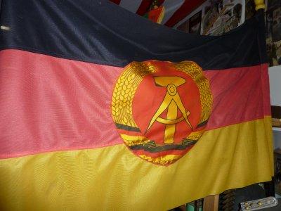 Drapeau de l'ex-RDA . Le portrait d' Honecker ainsi que le drapeau viennent d' une école de l'est ,  après la chute du mur .