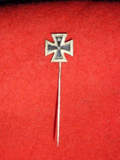 L'épinglette de la croix de fer , sûrement porté sur le vêtement civil.......
