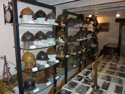 Magnifique collection de casques de toutes époque . Encore BRAVO !!!  pour ton expo......