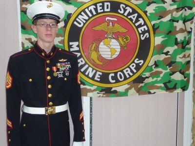 Etant ado j'ai toujours été fasciné par deux Corps Militaires : La Légion et les Marines.....Avec le temps j'ai pu me procurer un uniforme du 2eme R.E.P. mais toujours pas de Marines..........Récemment j'ai enfin trouver mon bonheur !!!...................Pour vous voiçi quelques photos. L'uniforme est porté par un de mes fils et il a fière allure !!.........