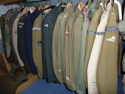 Quelques uniformes de çi de là...........