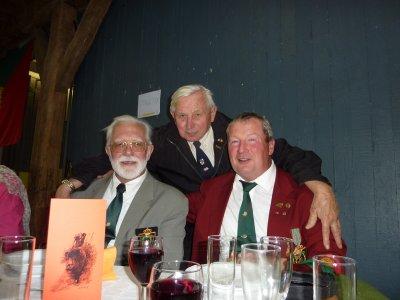 Le Président de la Section de Virton et moi-même entourés de Fernand, un ancien du 12 Bataillon Remagen et photo du dessous, notre secrétaire Max et notre trésorier. Et le vin coula à la santé de la Hure...............